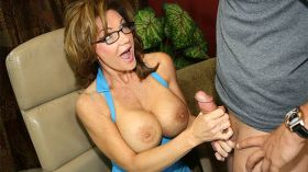 Hot milf giving hsndjob and swallowing cum
